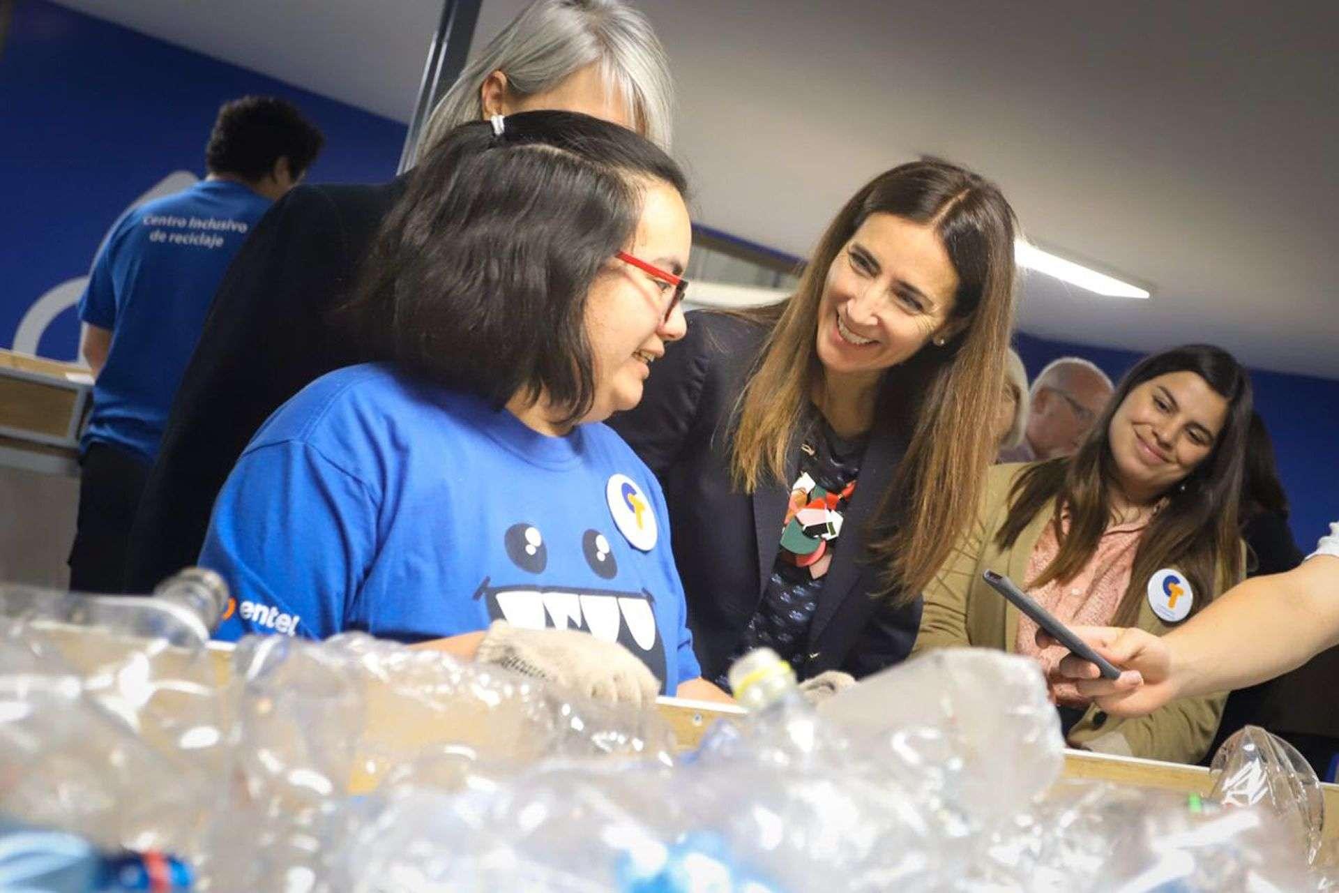 Ministra Schmidt junto a alunos del centro inclusivo de reciclaje